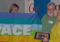 Judy Miner and Tom McGrath present Peacemaker Award '08 to Karen Drydyk (right)